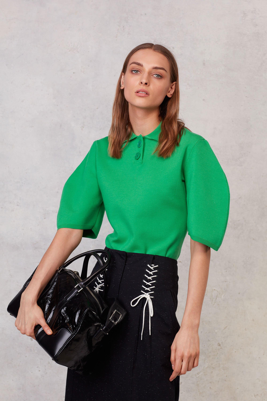 Зеленая блузка с широкими рукавами
