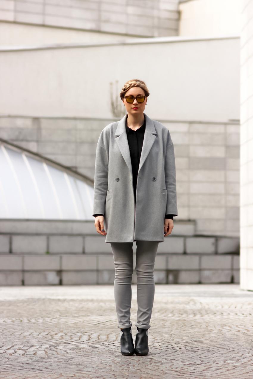 Пальто серое с воротником
