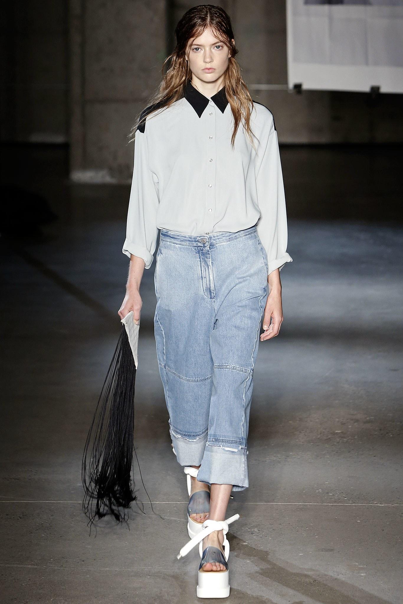 Широкие джинсы с подворотами