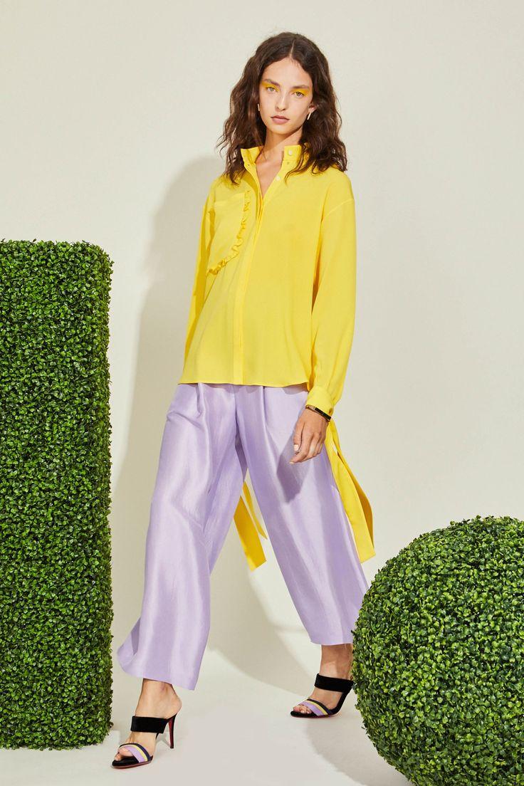 Желтая блузка с воротником стойкой