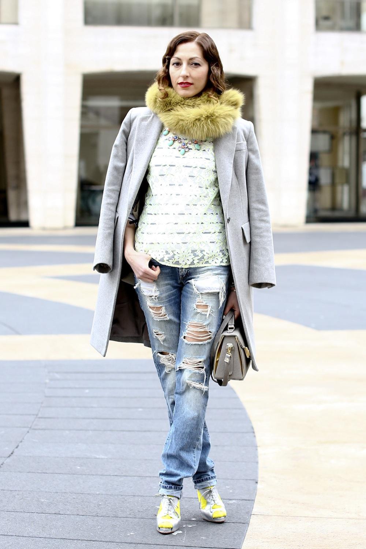 Светлые джинсы с дырками
