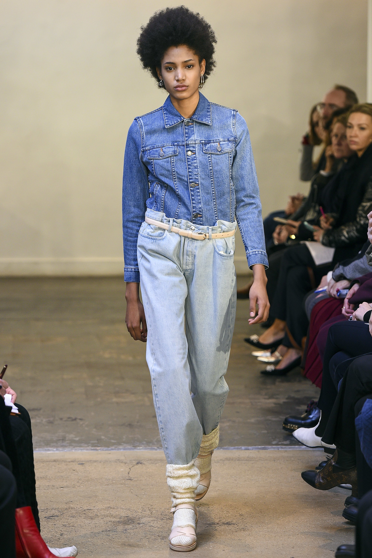 Светлые голубые джинсы