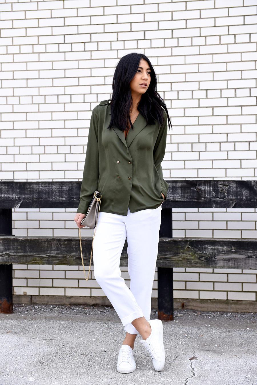 Темно-зеленая блузка