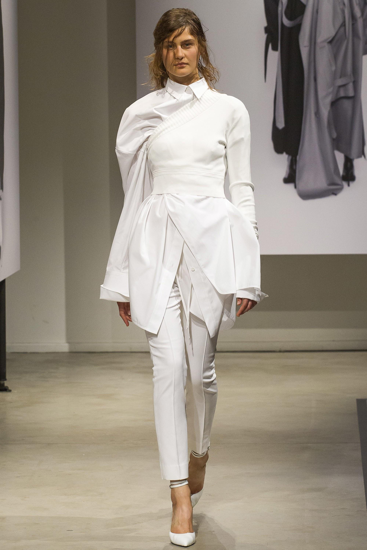Женская белая рубашка удлиненная