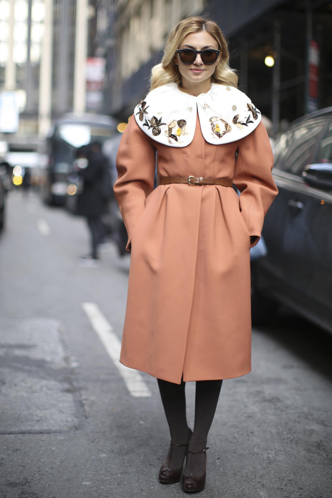 Розовое пальто с оригинальным воротником