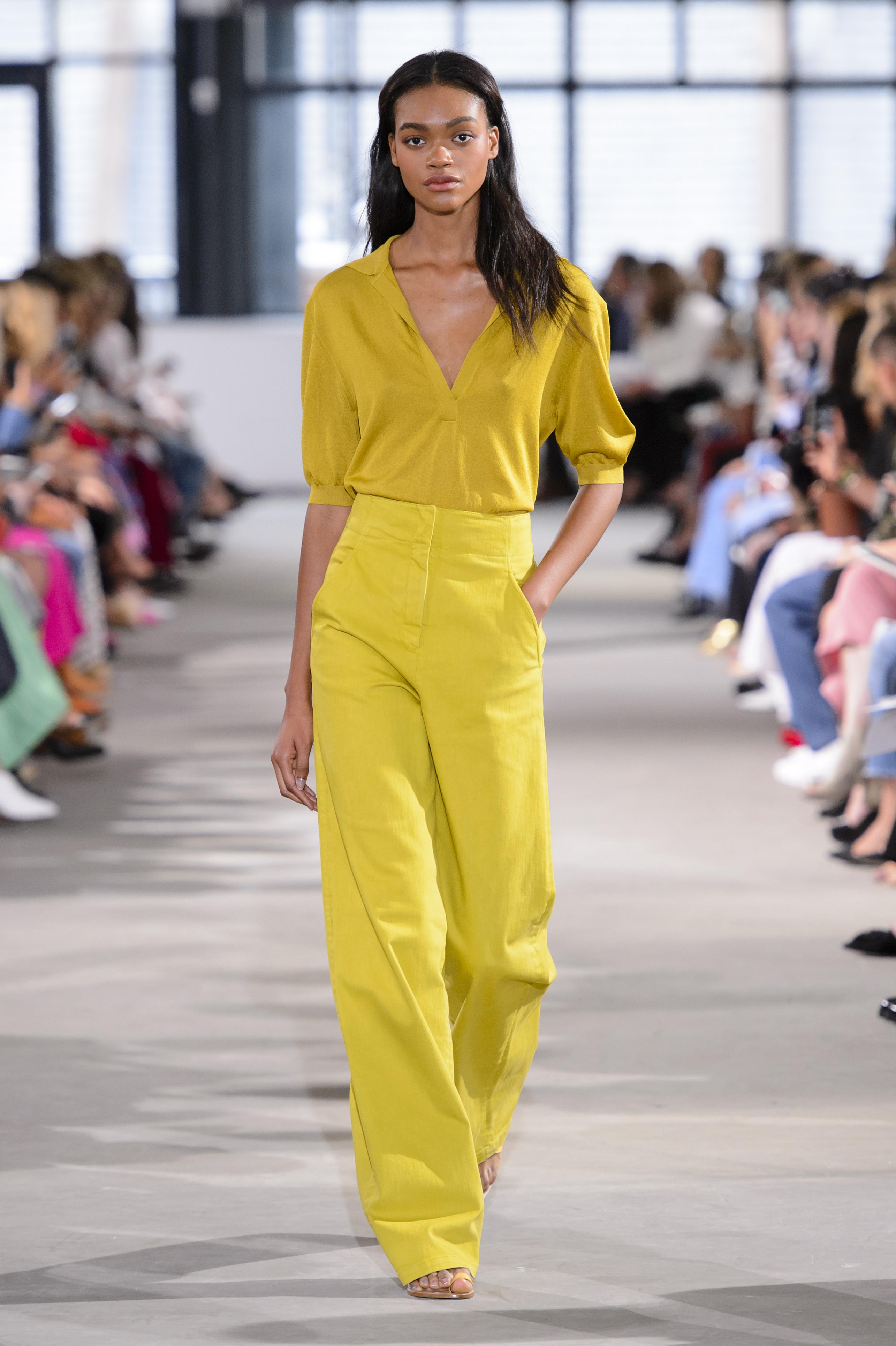 Желтая блузка с вырезом