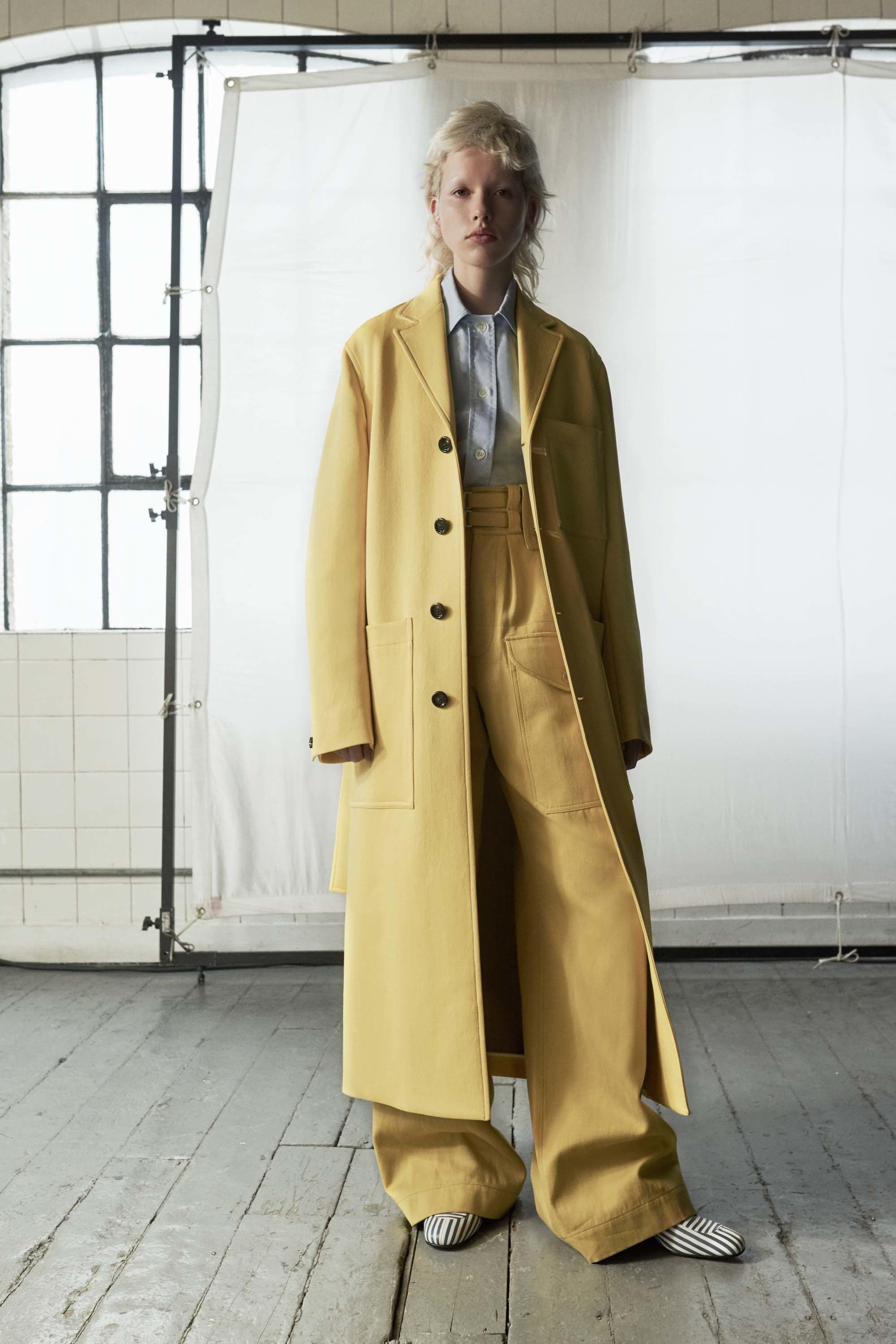 Драповое пальто желтое