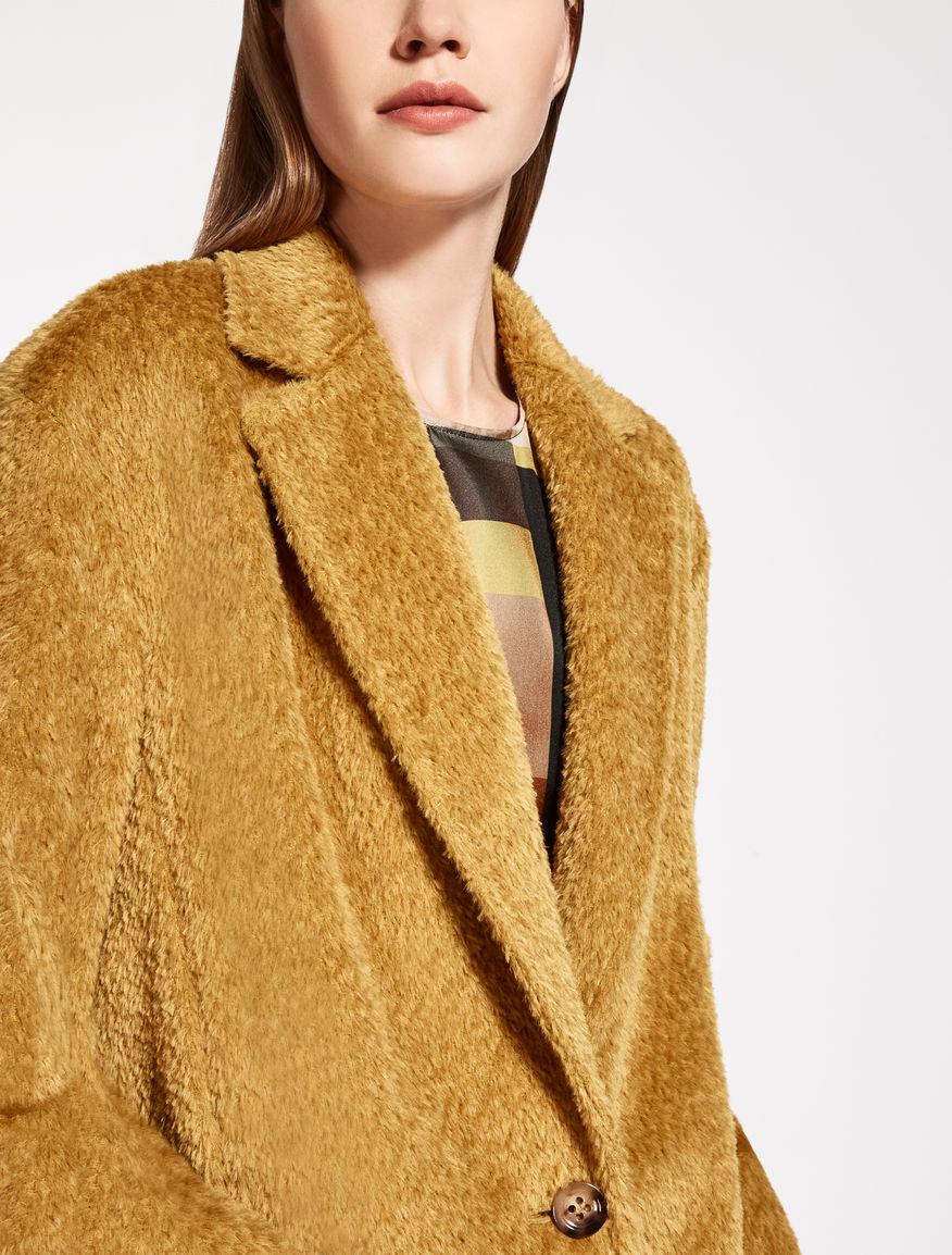 Пальто из альпаки желтое