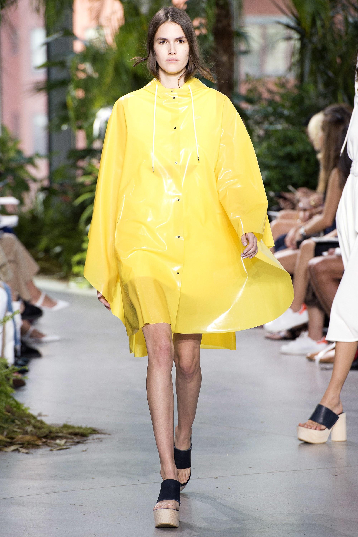 Желтый плащ с капюшоном