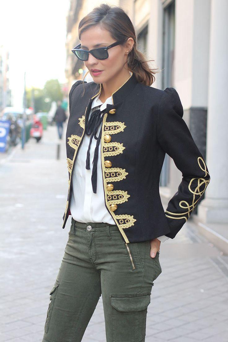 Черный пиджак с золотой отделкой