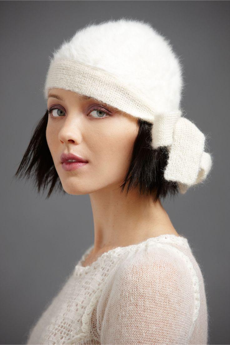 Белая шапка из мохера