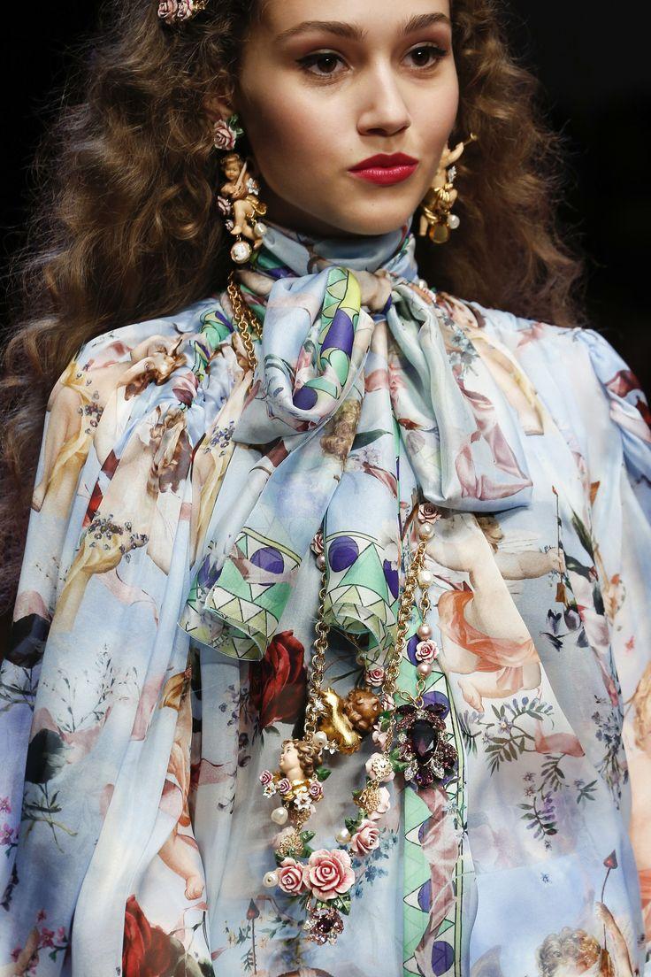 Шелковый шарф с блузкой