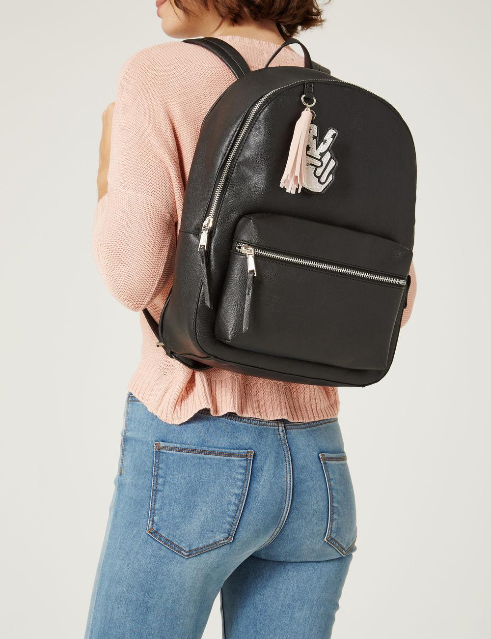Черный рюкзак с брелком