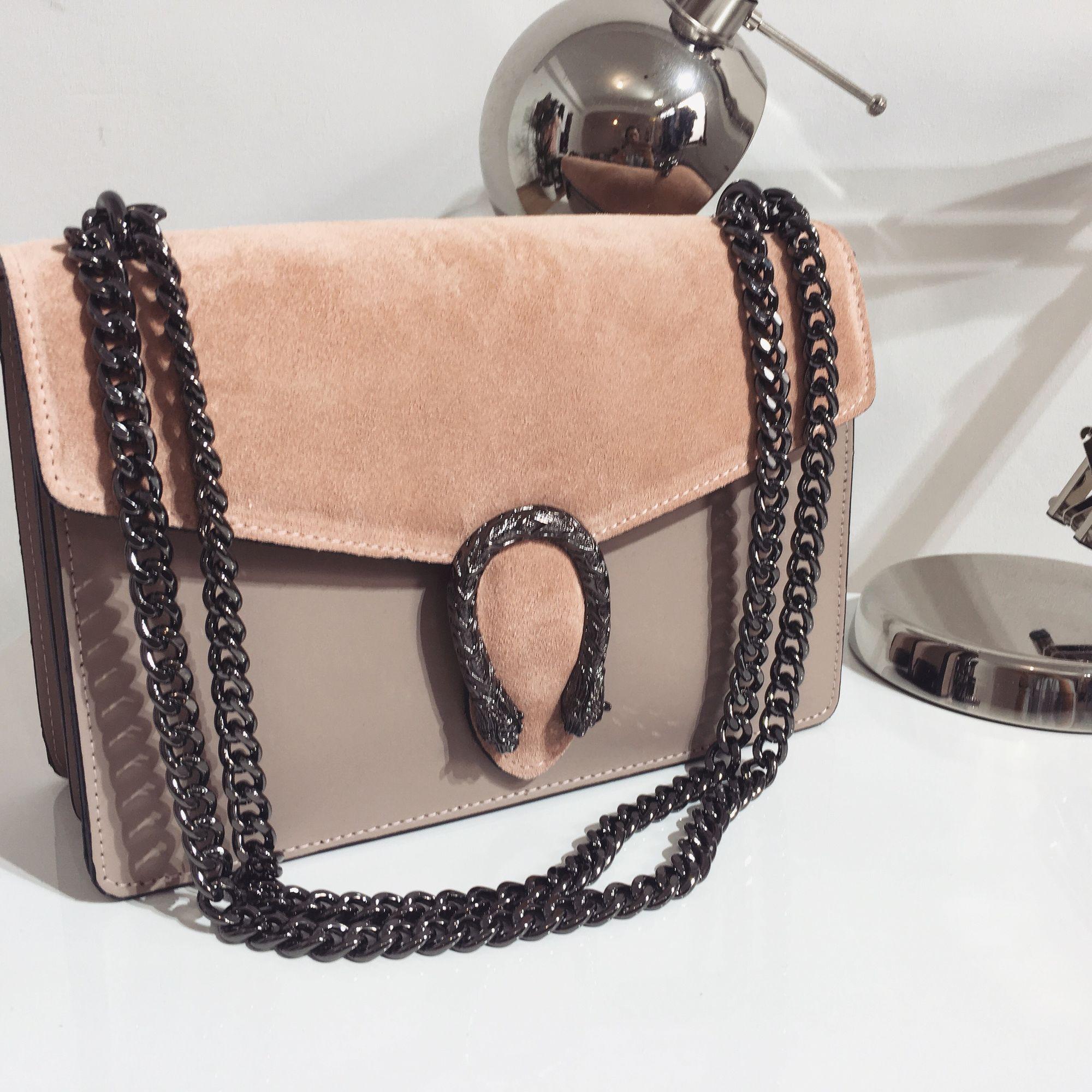 Бежевая сумка с цепью