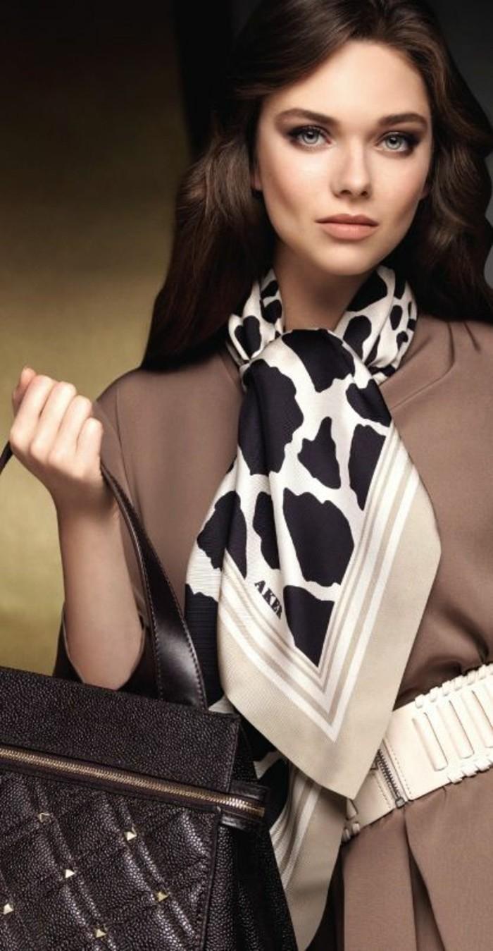 Шелковый шарф с черным принтом