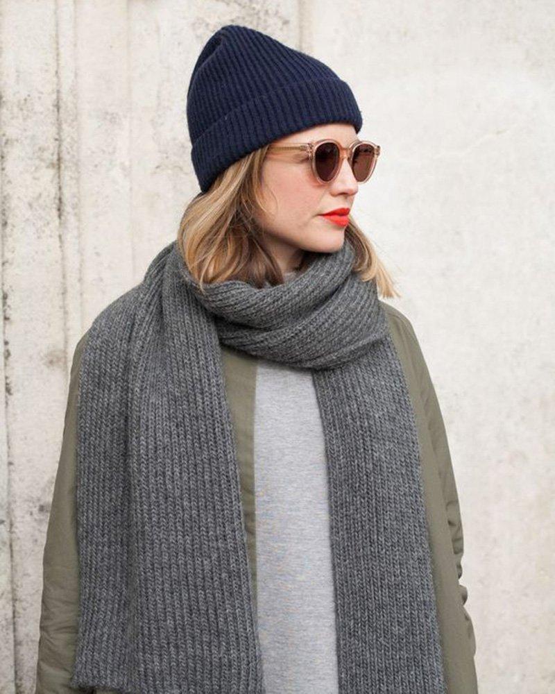 Вязаный шарф серого цвета