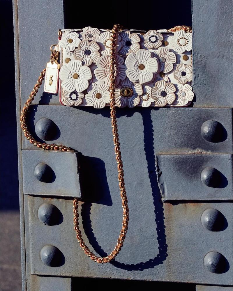 Бежевая сумка с декором