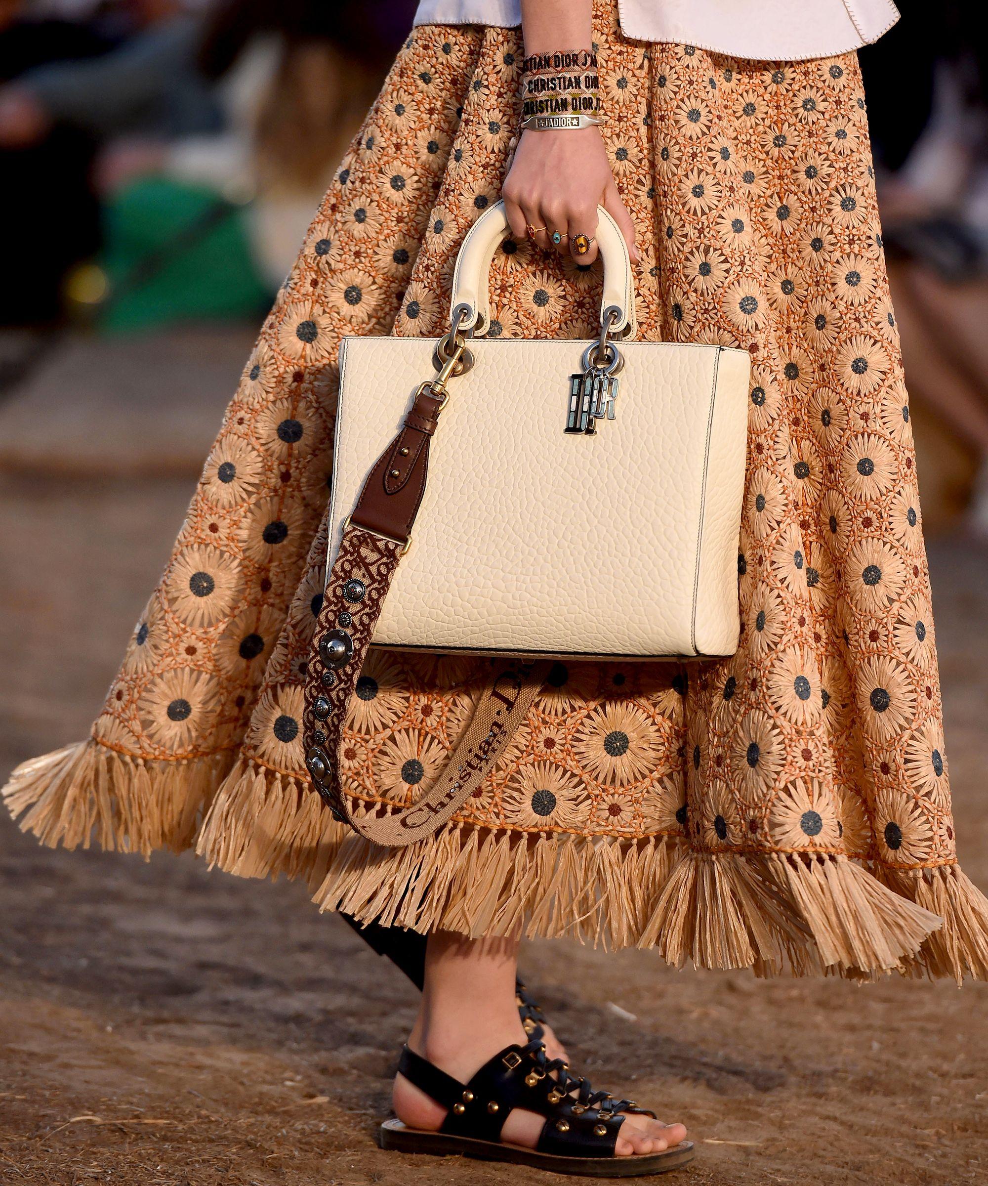 Бежевая сумка Dior
