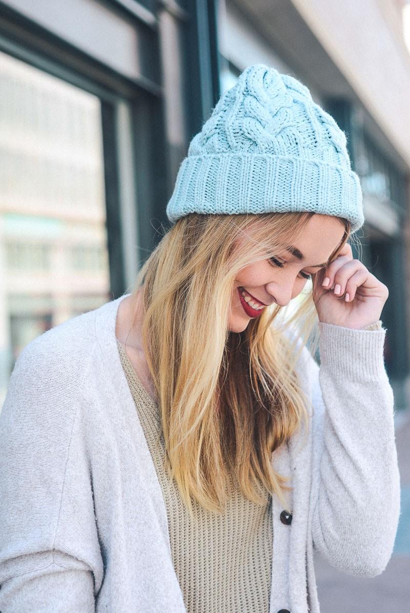 Голубая объемная шапка