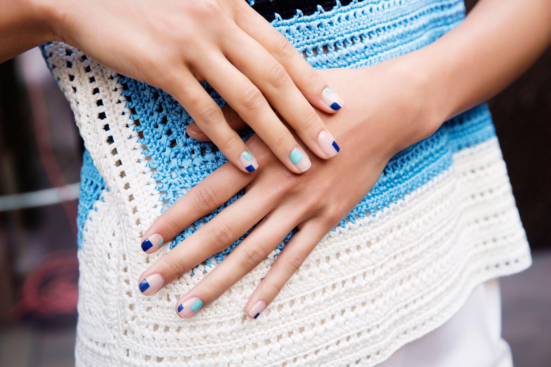 Маникюр на короткие ногти голубой