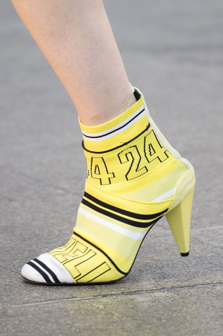 Желтые ботинки на каблуке