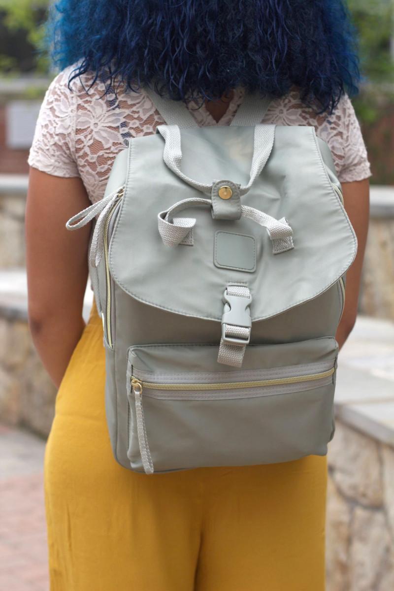 Серый рюкзак с карманами
