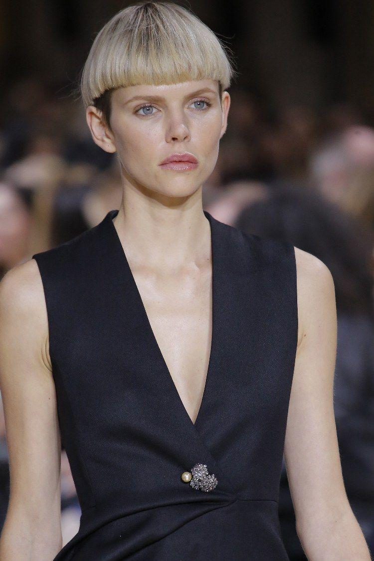 Женская прическа с короткой челкой 2018