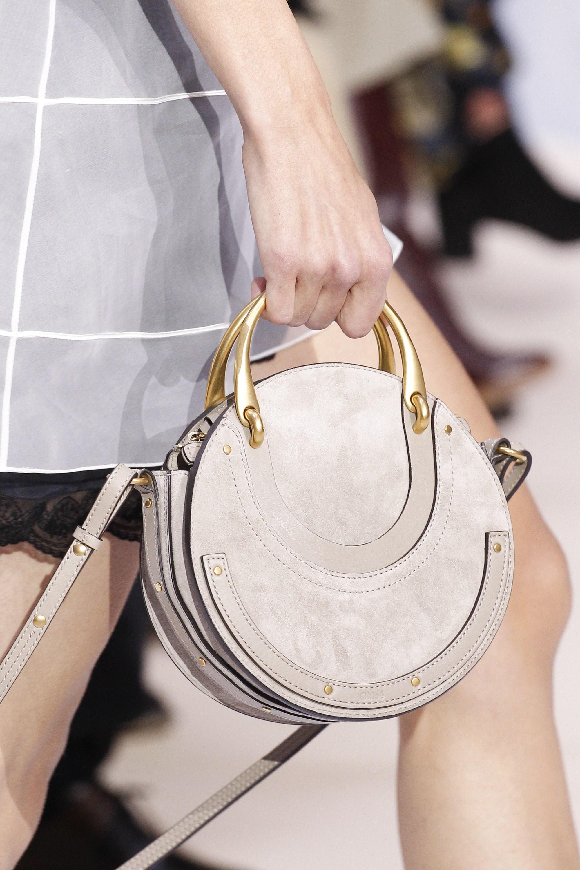Бежевая сумка круглая
