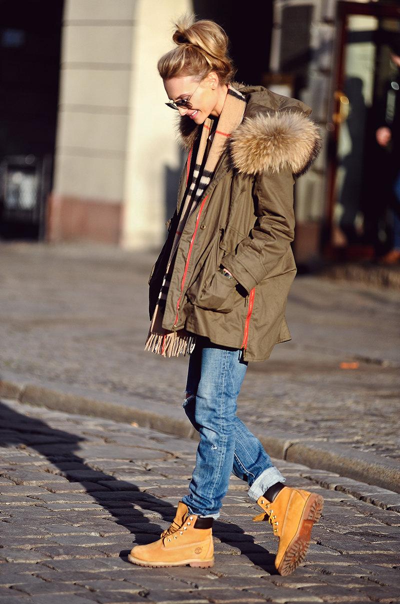 Желтые ботинки с курткой