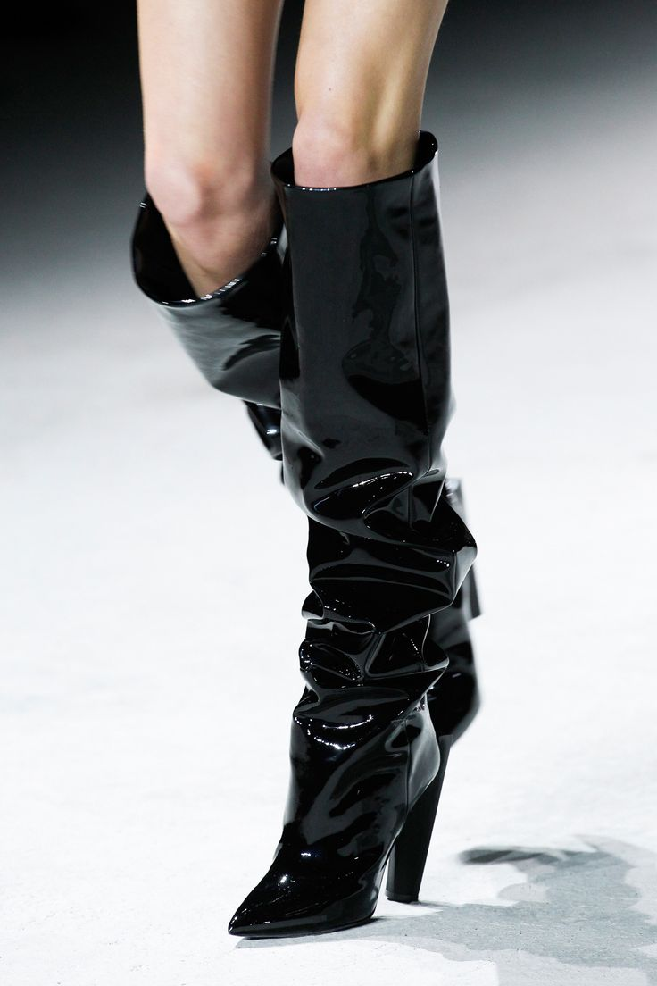 С чем носить ботфорты лаковые