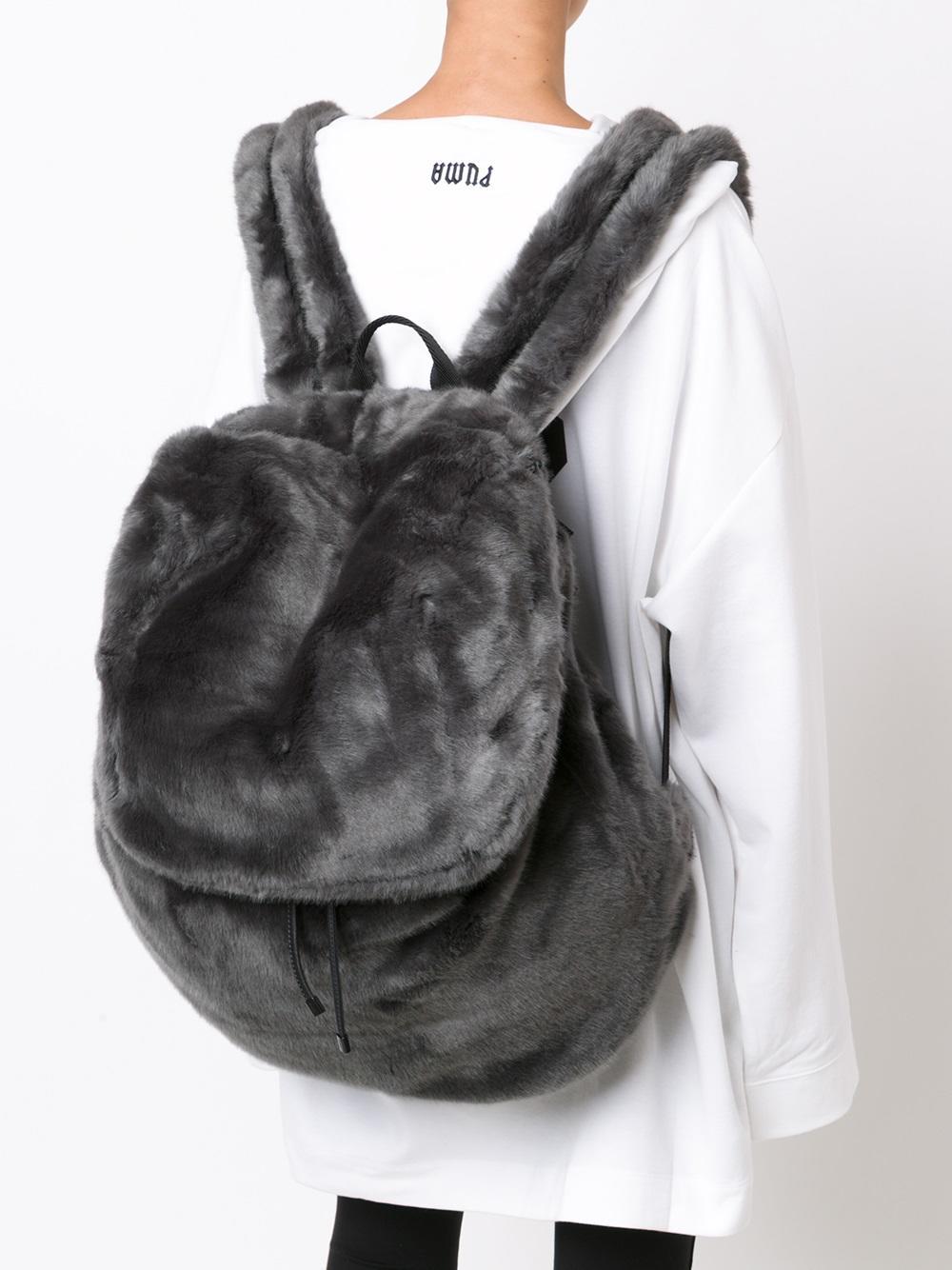 Серый рюкзак меховой