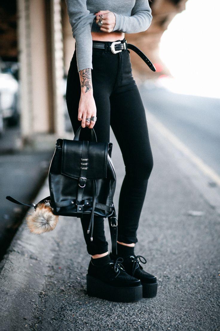 Черный рюкзак с меховым декором