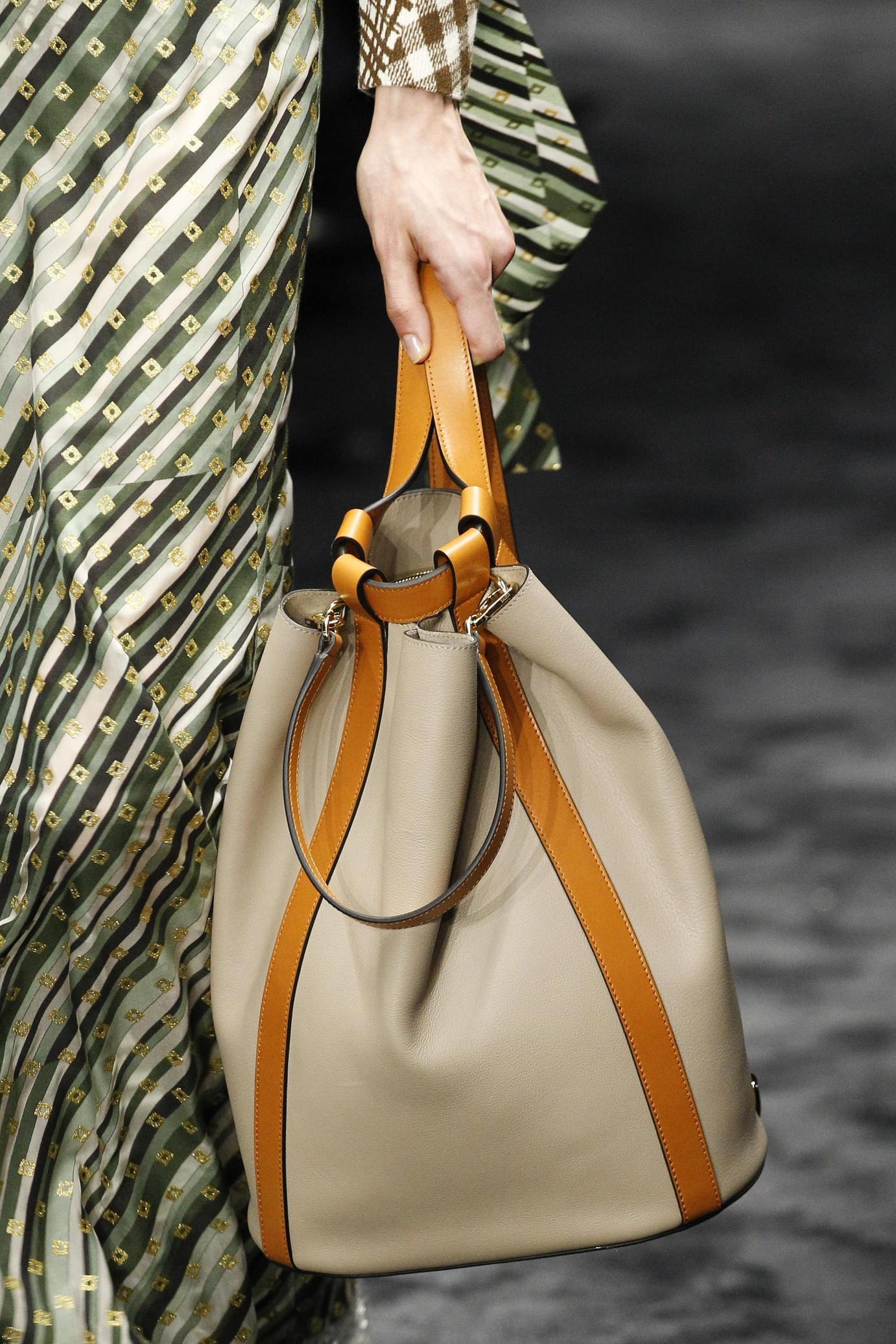 Бежевая сумка мешок