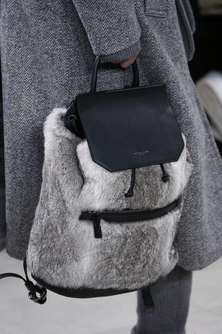Серый рюкзак с натуральным мехом
