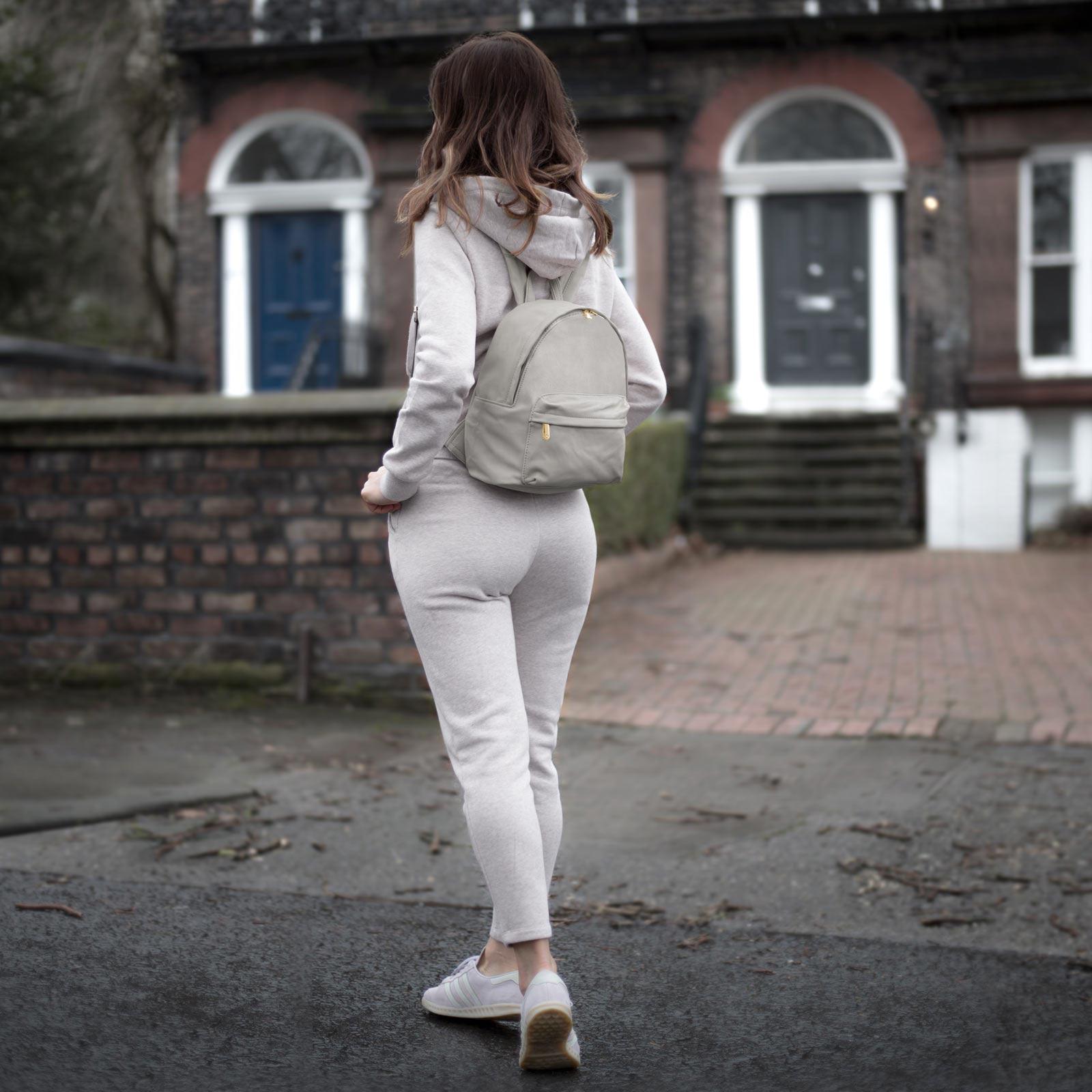 Серый рюкзак полукруглый
