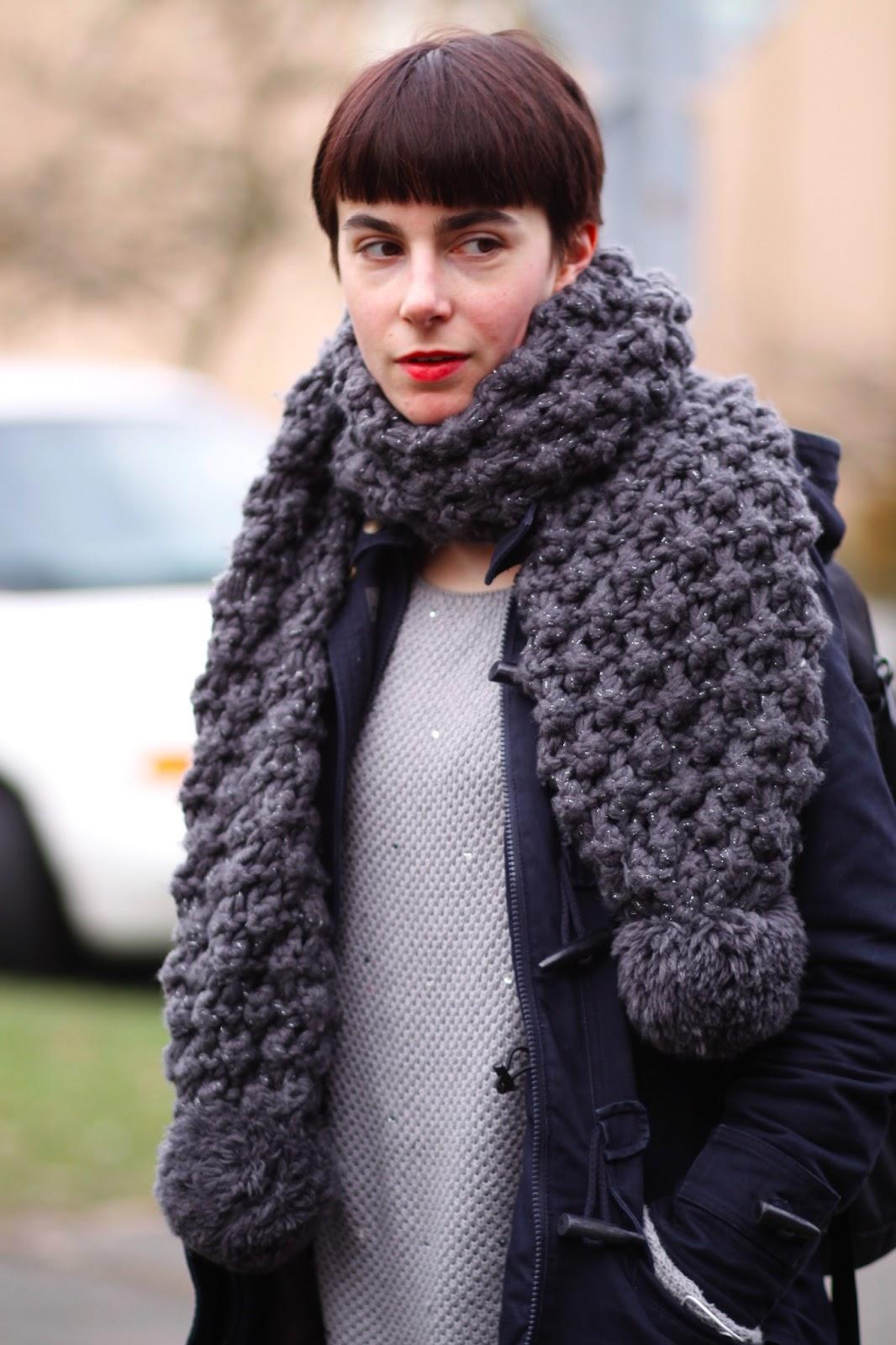 Вязаный шарф с помпоном