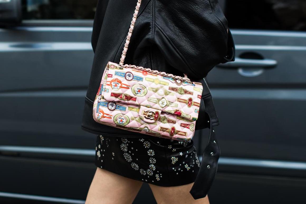 Бежевая сумка с принтом