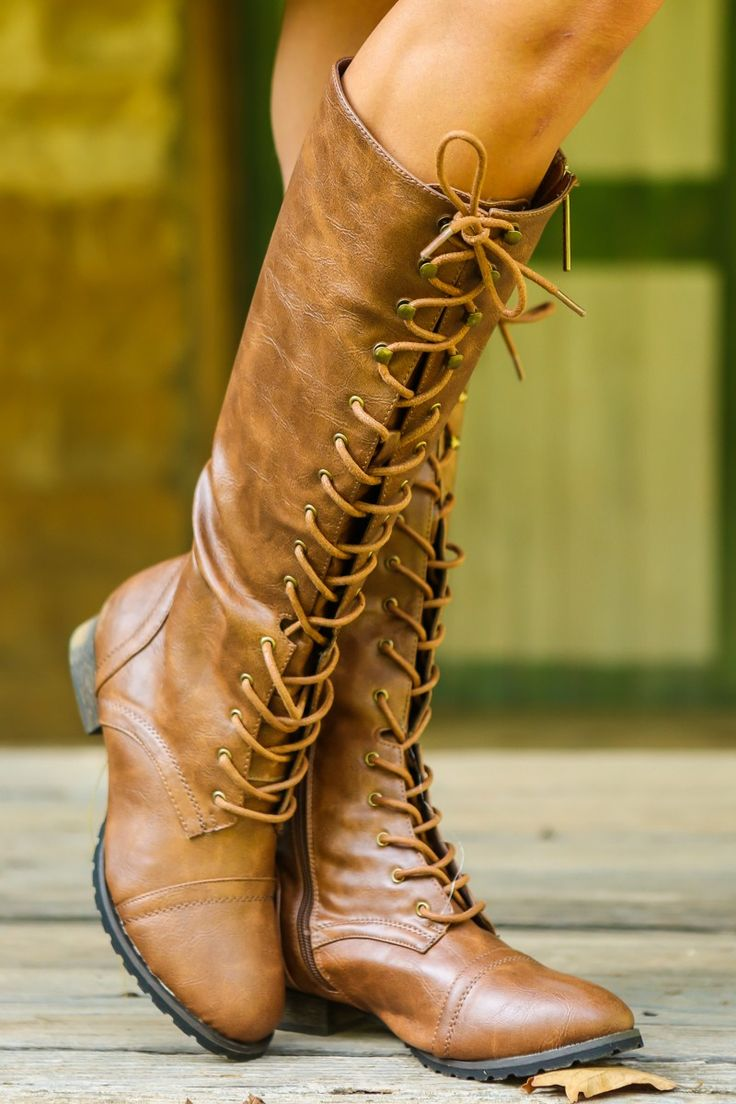 Желтые сапоги на шнуровке