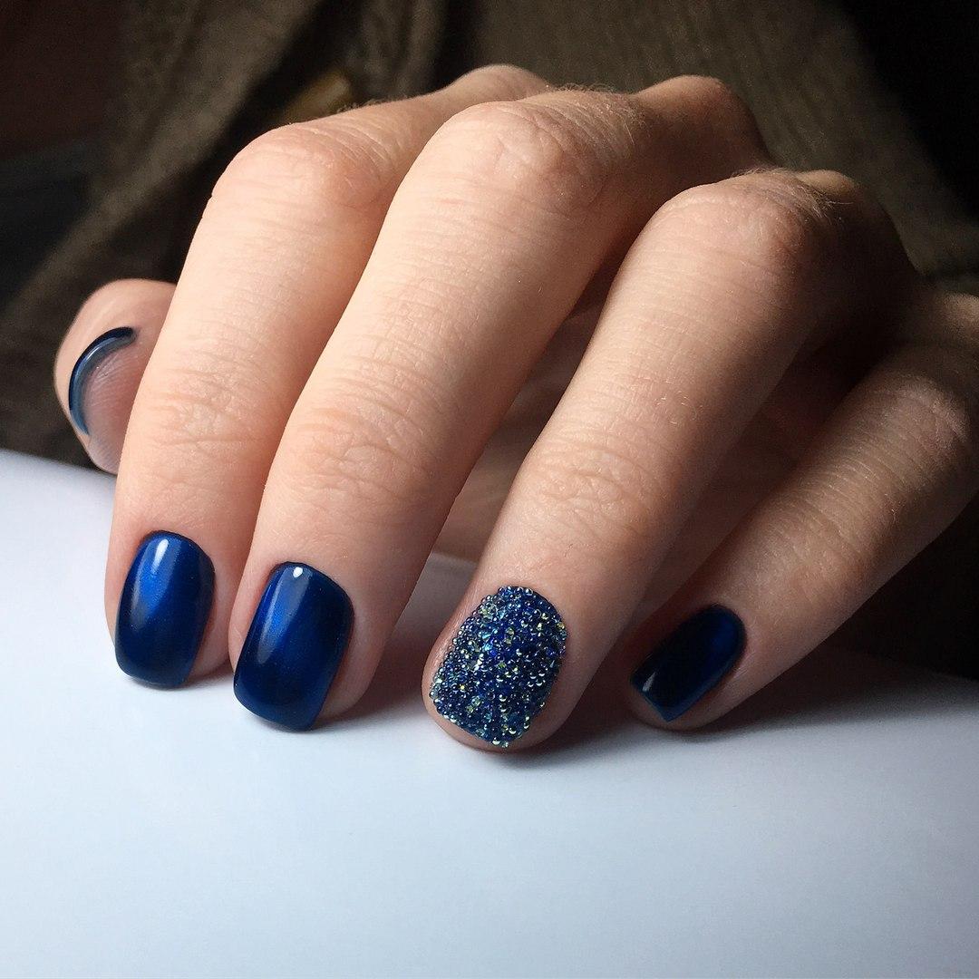 Маникюр на короткие ногти синий
