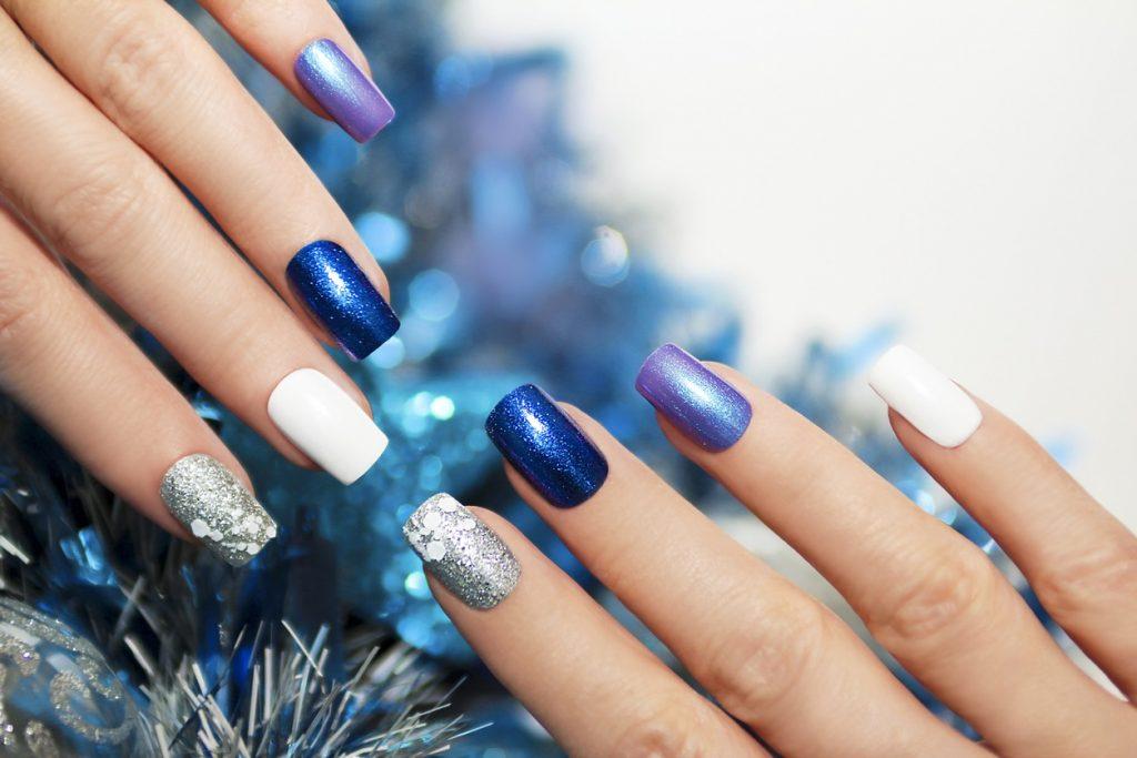 Новогодний маникюр синий
