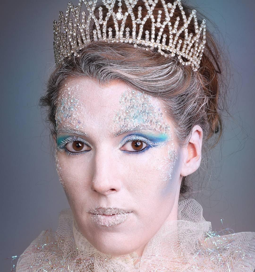 Новогодний костюм и макияж снежной королевы