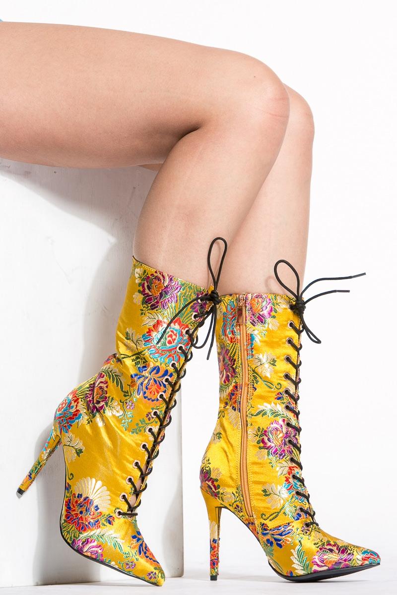 Желтые ботинки с вышивкой