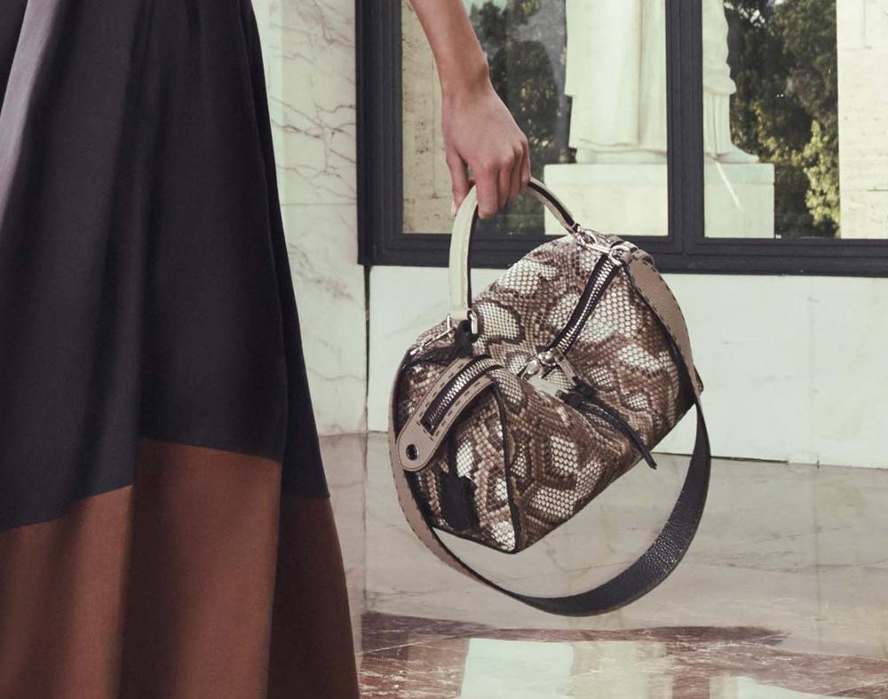 Бежевая сумка под змею