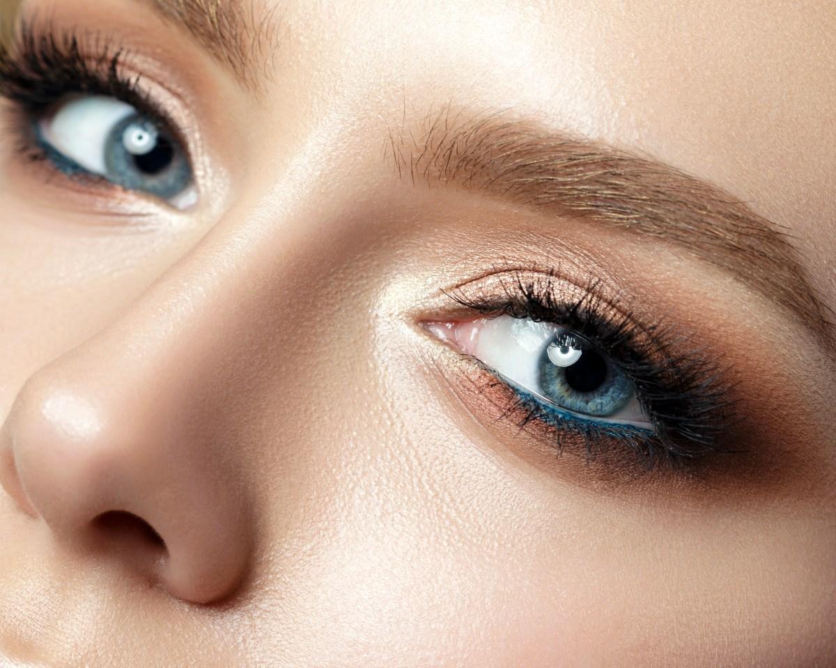 Синий макияж с бежевым
