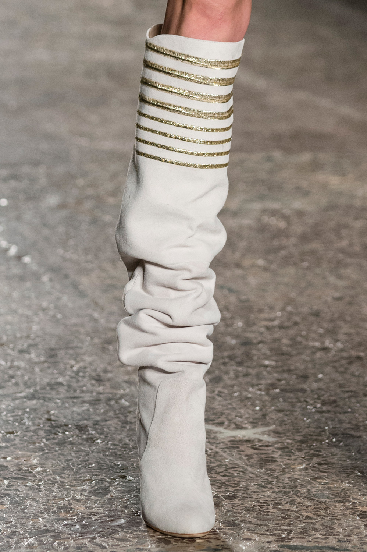 Широкие сапоги белые