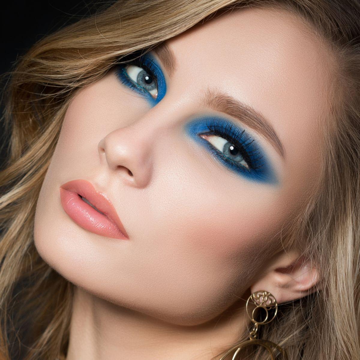 Синий макияж для блондинок