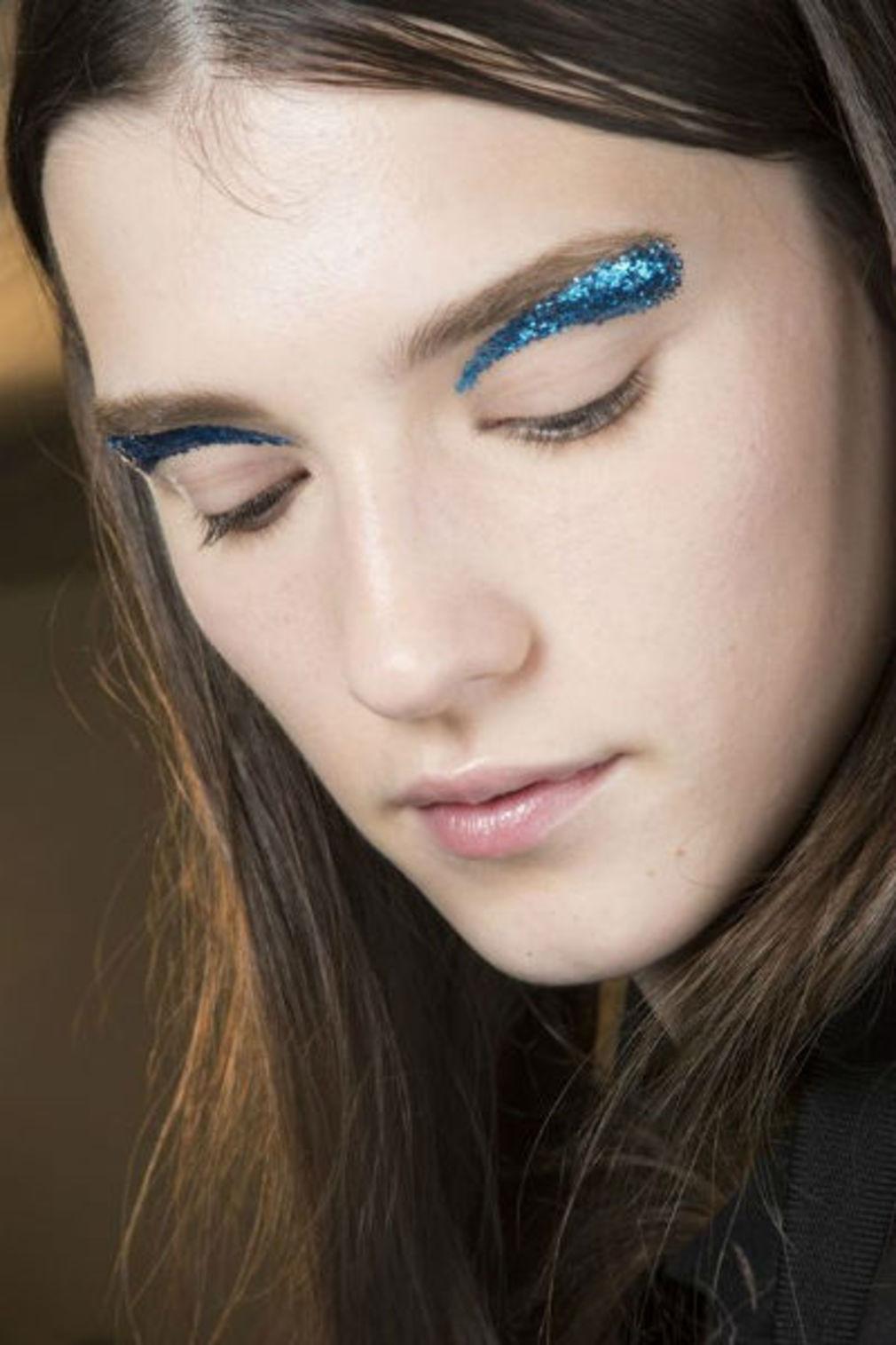 Синий макияж с глиттером