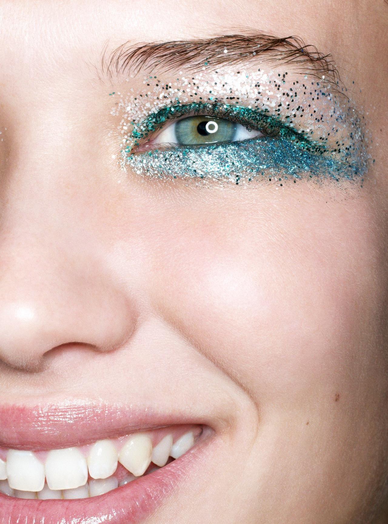 Макияж с блестками голубыми 2018