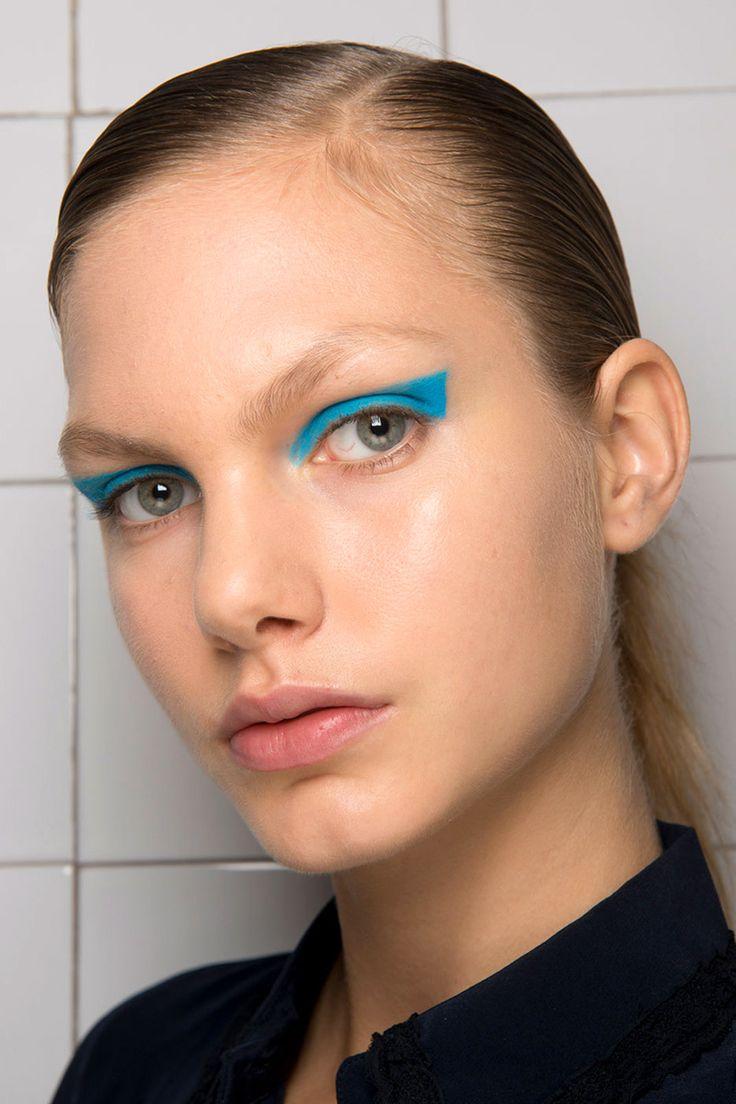 Синий макияж графичный