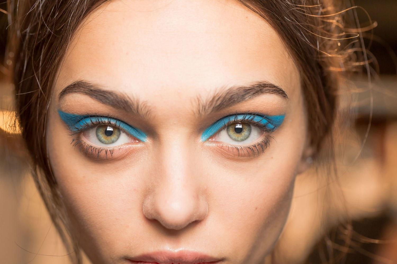 Синий макияж кошачий глаз